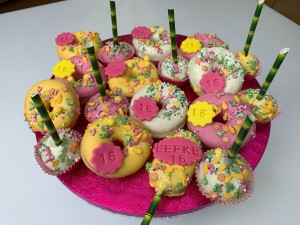 Sweettable - Tropical donuts and cakepops cakesicles